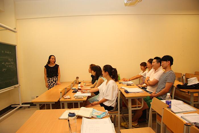 Cô Hà Phạm giảng dạy sinh viên Hàn Quốc - iVina Edu
