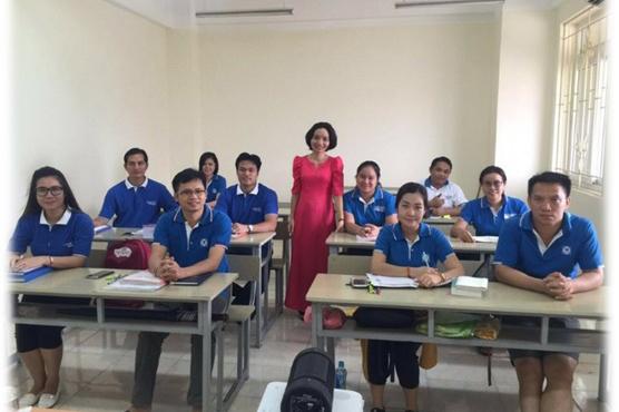 Cô Hà giảng dạy cho cán bộ ngân hàng Lào Việt