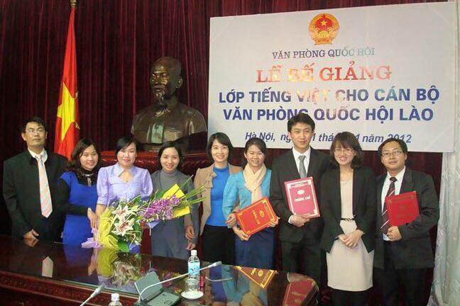 Cô Hà giảng dạy cho cán bộ văn phòng Quốc hội Lào